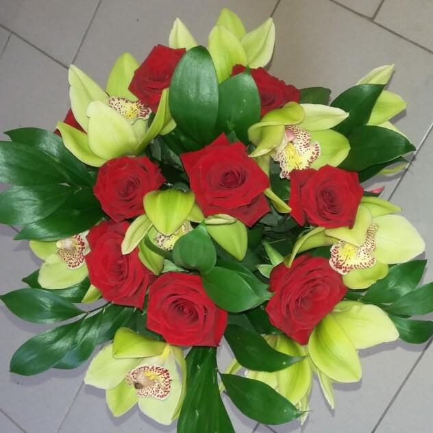 Стильный букетик из орхидей и розочек