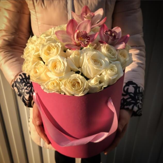 Ароматные розы в шляпной коробке